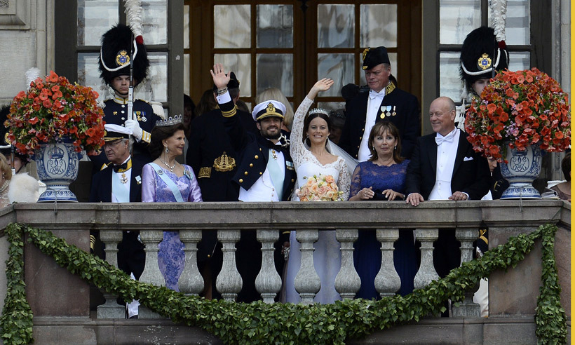 Keeping with tradition, the newlyweds appeared on the palace balcony to wave to the crowd. 