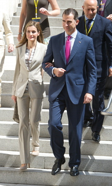 Letizia showed she is a fan of monotone colors in this khaki colored suit. For the June 2014 visit to the Archaeological Museum, she paired it with a striped silk shirt and beige pumps.