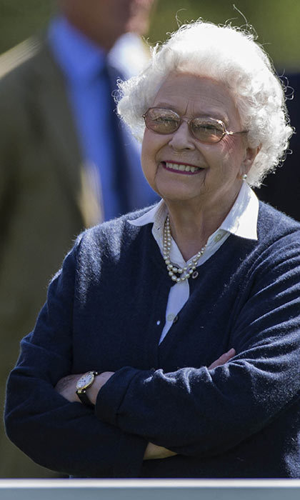The queen dresses down drives herself to annual windsor horse show
