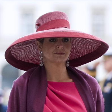 Visiting the monument of Polish World War II veteran General Stanislav Maczek in Poland, Máxima wore a dramatic picture hat.