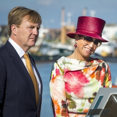 It wasn't just the sun that was shining while the royals visited a province of North Holland, but also Máxima's bright fuchsia top hat.