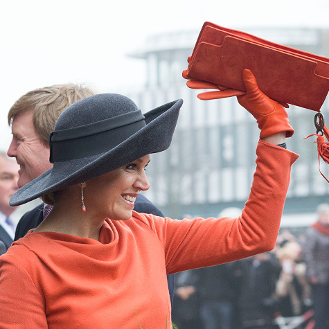 Máxima chose a bonnet with a front flip when arriving at the Veenkoloniaal Museum.