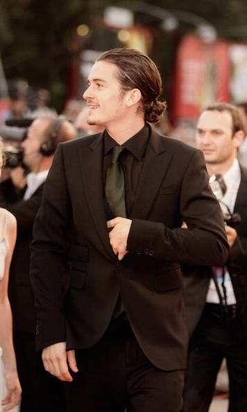 "<a href=""http://us.hellomagazine.com/tags/1/orlando-bloom/""><strong>Orlando Bloom</strong></a> pulled his curly locks into a small bun as he walked the carpet at the 2005 premiere of <i>Elizabethtown</i> in Venice.