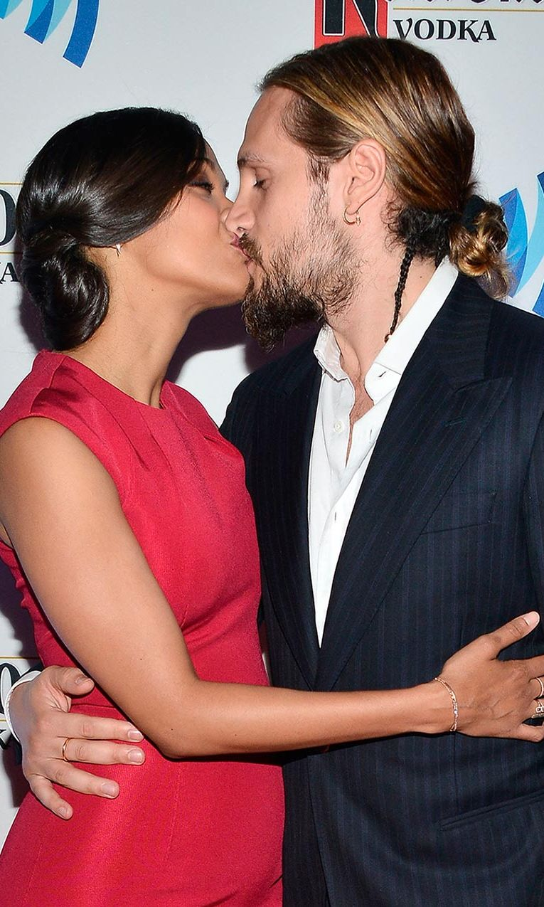Who wore it better? Bun-wearing <i>Avatar</i> actress <b>Zoe Saldana</b> planted a kiss on her artist husband <b>Marco Perego</b>, who accessorized his 'man-bun' with a small side plait.