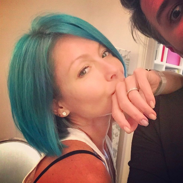 "<a href=""http://us.hellomagazine.com/tags/1/kelly-ripa/""><strong>Kelly Ripa</strong></a> said goodbye to blonde and hello to bright teal blue. 