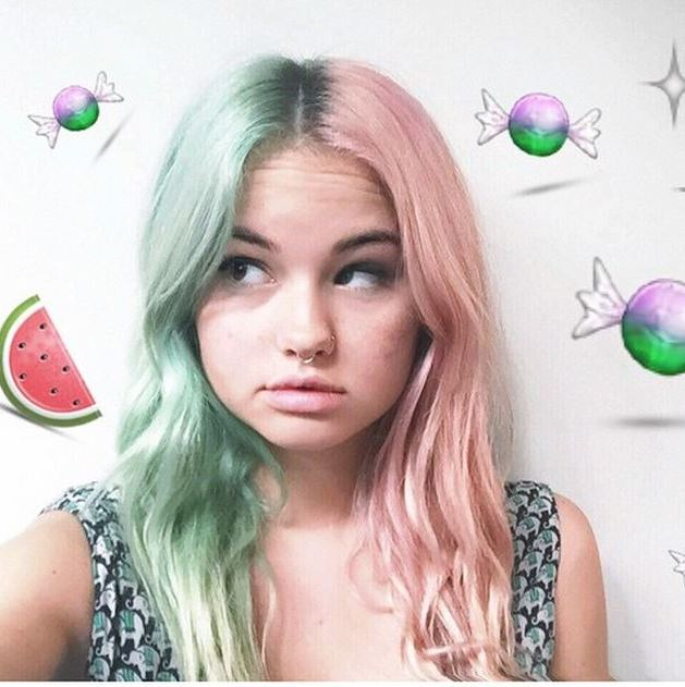 "<a href=""http://us.hellomagazine.com/tags/1/debby-ryan/""><strong>Debby Ryan</strong></a> didn't want to pick just one, so she went half and half! Teal and pink never looked better together. 