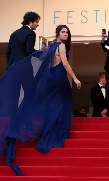 The cape to Nikki Reed´s dress from Azzaro Couture (SS 2015) seemed to have life of its own as the actress ascended the steps with her then-boyfriend, now husband, Ian Somerhalder.