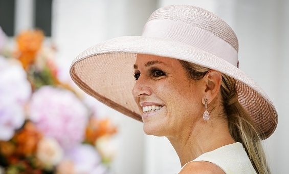 Maxima looked summery in a pinkish wide-brimmed hat at the opening of the Papageno House in Lare.