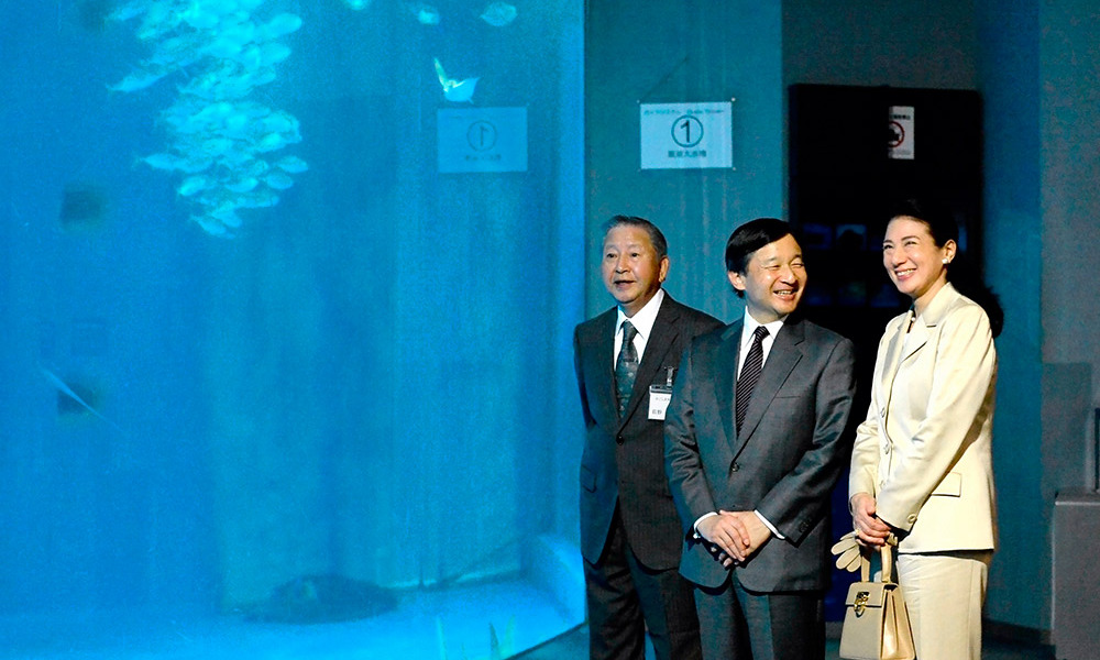 Crown Prince Naruhito and Crown Princess Masako of Japan shared a laugh during their visit to the Kagoshima Aquarium.<br>Photo: Getty Images