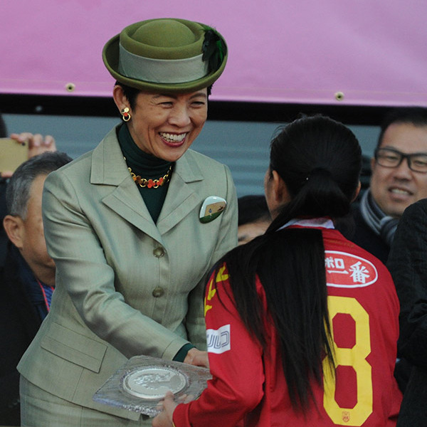 Hisako, Princess Takamado congratulated players in the 37th Empress's Cup All-Japan Women's Soccer Championship match at the Todoroki Stadium in Kawasaki. <br>