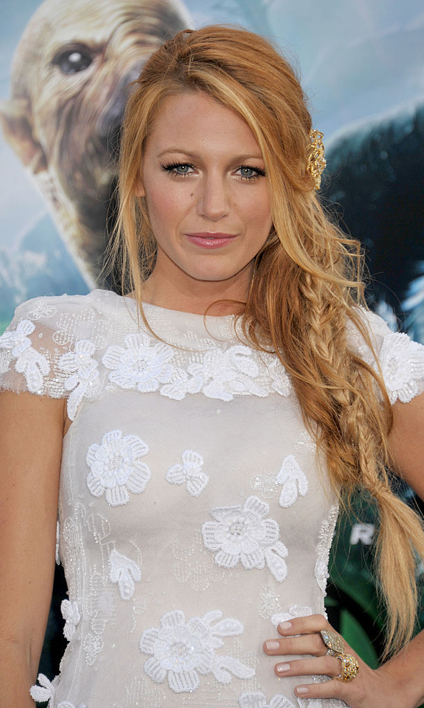 Blake Lively never disappoints when it comes to effortlessly-looking hairdos. For husband Ryan Reynold's 'Green Lantern' premiere, the 'Gossip Girl' actress threw her beachy waves into a stylish fishtail braid.
