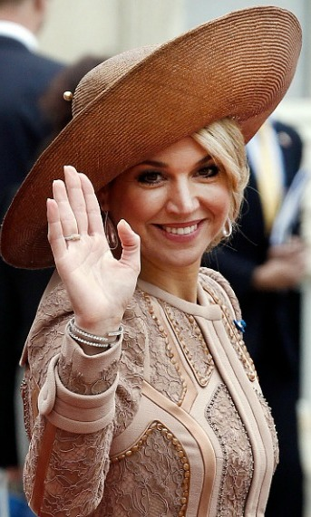 Maxima wore the wide brimmed hat, which complimented her bun, during a meeting with French president Francois Hollande.