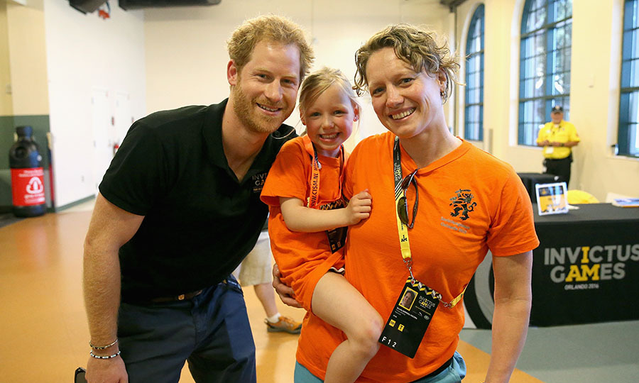 Harry posed for a picture with a young Dutch girl named Daimy Gommers, who traveled to Orlando for the games. 