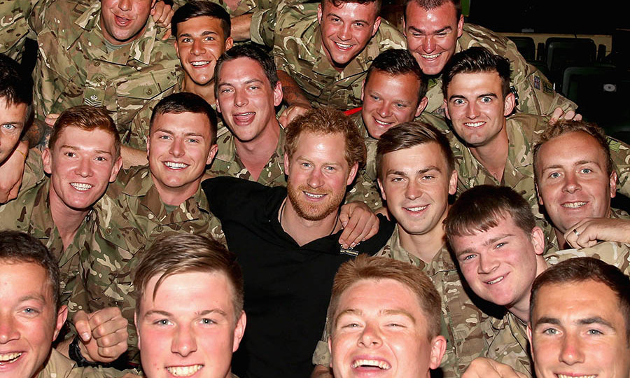 Day three of Harry's trip to Orlando began with the prince snapping a fun pic with members of the British military during the powerlifting event. 