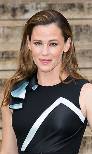<b>Jennifer Garner</b> opted for a soft and pretty look with a sideswept hairstyle and pale pink lips as she arrived for the Atelier Versace show. 
