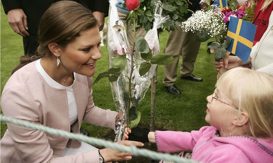 Thinking pink together! Crown Princess Victoria of Sweden was greeted with flowers by a young spectator in  Borgholm, Sweden. 
