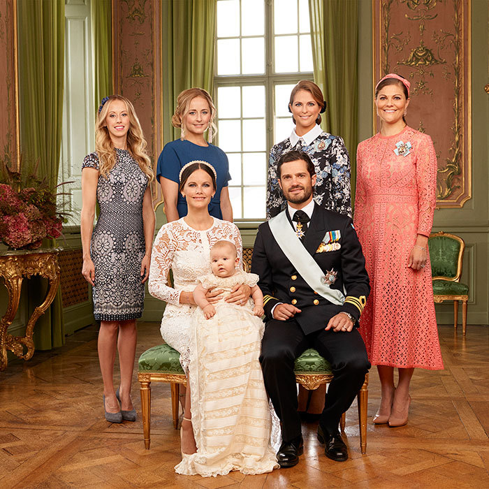 Prince Alexander starred in another official portrait, this time with his aunts: Crown Princess Victoria, who also served as his godmother, Princess Madeleine, Lina Frejd and Sara Hellqvist. 