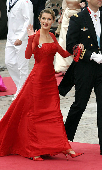 Even when she was still Letizia Ortiz, the former TV news anchor was already stealing the show at royal events – like here, at the 2004 wedding of Prince Frederik and Crown Princess Mary of Denmark.