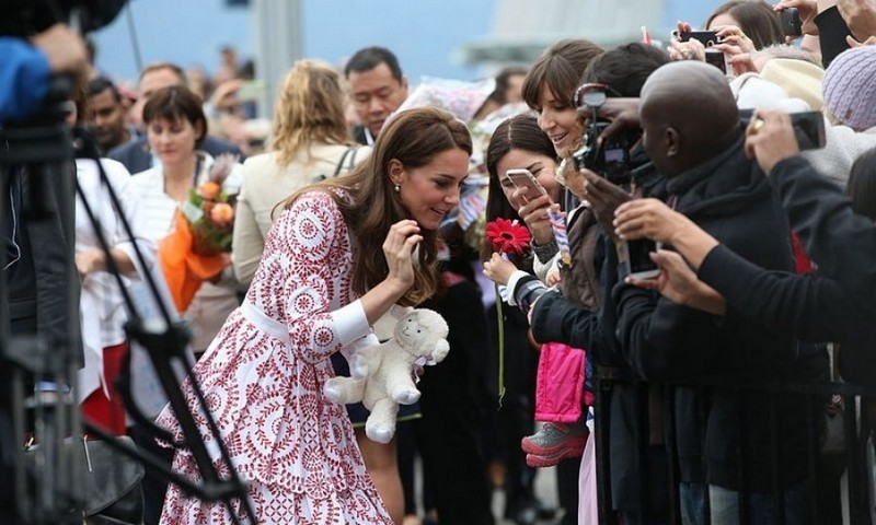 Despite the slight rain, huge crowds came out to welcome Kate and Will. Kate accepted gifts for her kids and snapped photos with the waiting patrons.