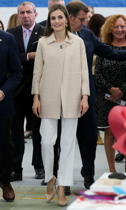 No white after Labor Day doesn't apply to Letizia! The stylish royal stepped out for the opening of 2016-2017 vocational training course at the Secondary School Plurilingüe San Rosendo in October 2016 wearing white Massimo Dutti cropped trousers and a beige Uterque ​herringbone swing coat.