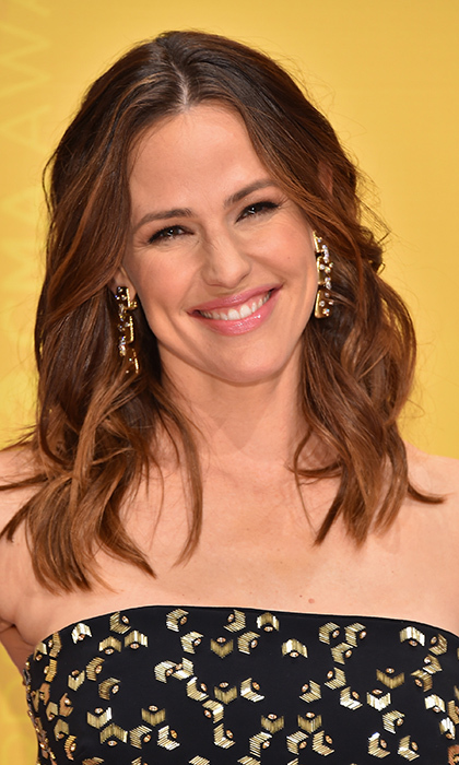 <b>Jennifer Garner</B> looked like a true girl next door with loose curls and glossy lips at the 50th annual CMA Awards in Nashville, Tennessee. 