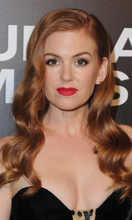 "<a href=""http://us.hellomagazine.com/tags/1/isla-fisher/""><strong>Isla Fisher</strong></a> also went retro, donning a bold red lip and 1940s waves for the screening of Focus Features' <I>Nocturnal Animals</I> at Hammer Museum in California.