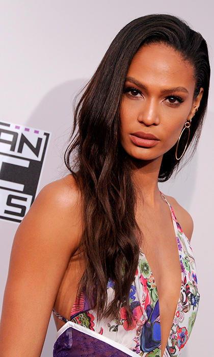 Model Joan Smalls opted for a warm, natural look and loose locks for the 2016 American Music Awards.