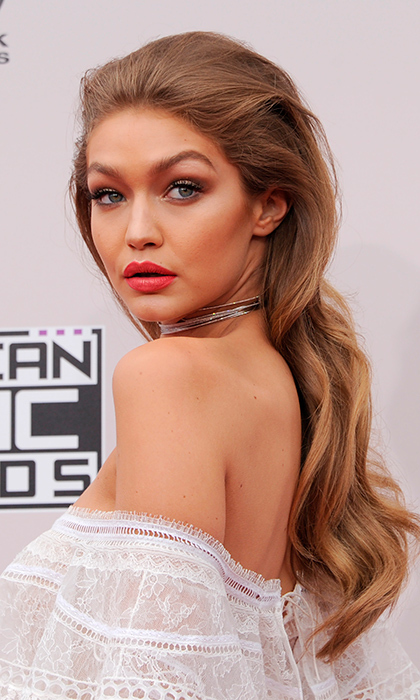 With strong brows and full waves in her hair, model Gigi Hadid looked like a true 1980's diva as she took to the carpet of the AMAs prior to her hosting duty.