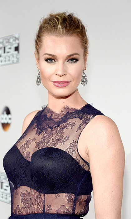 Actress Rebecca Romijn was glowing at the 2016 American Music Awards with her dewy skin and glossy lips.