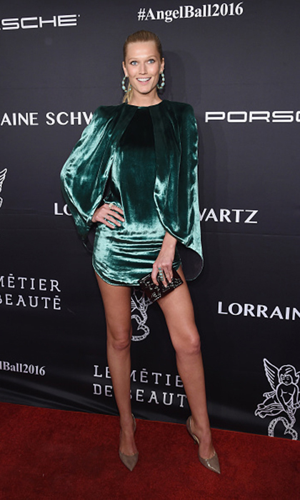 Model Toni Garrn showed off her long legs in an emerald green dress at the 2016 Angel Ball hosted by Gabrielle's Angel Foundation For Cancer Research in New York City. 