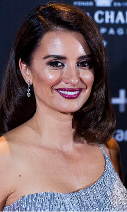 <b>Penelope Cruz</b>'s makeup let her gorgeous freckles show through at the <I>La Reina de Espana</I> premiere at Callao Cinema in Madrid, Spain on November 24.