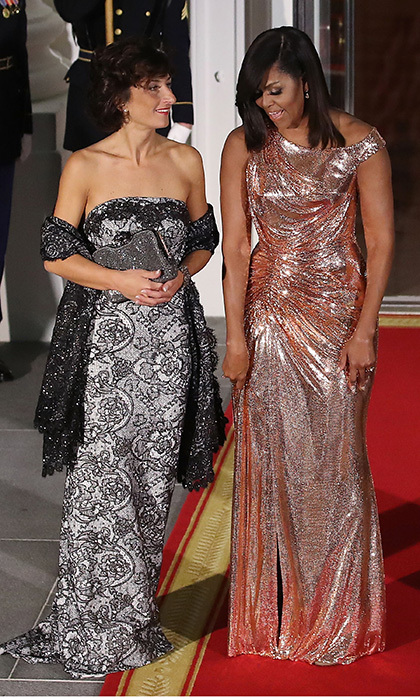 "Silver and gold! Both First Lady <a href=""http://us.hellomagazine.com/tags/1/michelle-obama/""><strong>Michelle Obama</strong></a>, in Atelier Versace, right, and Agnese Landini, wife of Italian Prime Minister Matteo Renzi, chose metallics for a state dinner at the White House on October 18, 2016. 