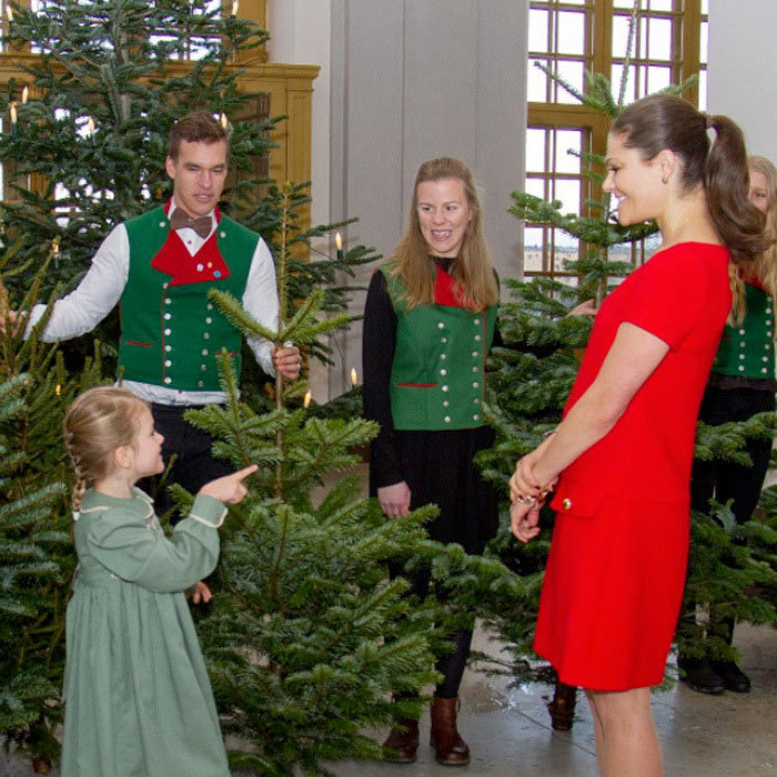 Princess Estelle and her mother Crown Princess Victoria welcomed Christmas trees from students of the Swedish University of Agricultural Sciences (SLU), to the royal palace in Stockholm.