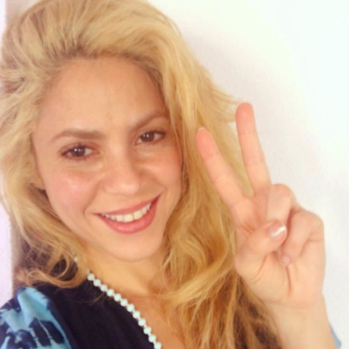 "<a href=""http://us.hellomagazine.com/tags/1/shakira/""><strong>Shakira</strong></a> flashes the peace sign – and a gorgeous natural look.