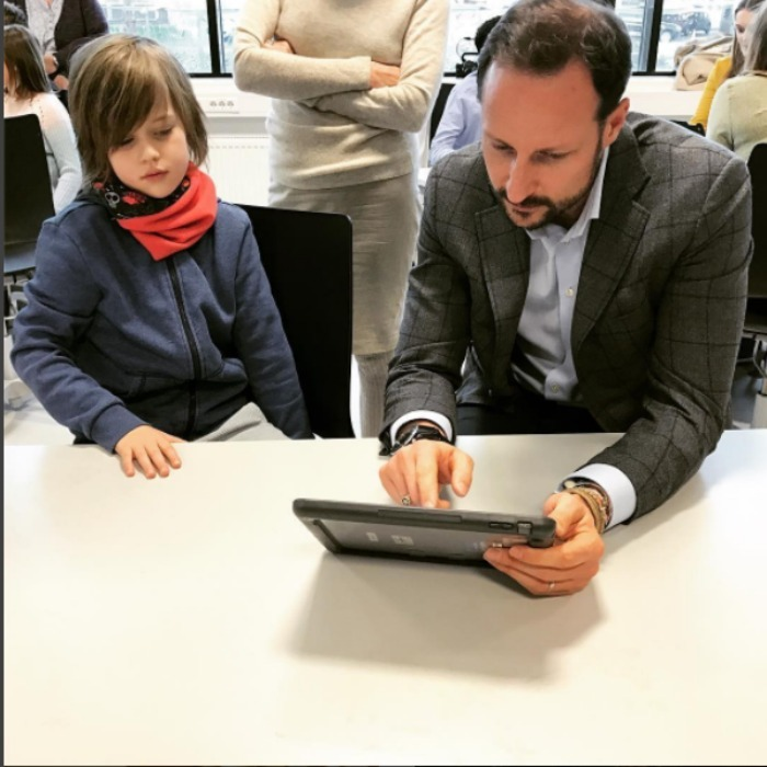 Crown Prince Haakon of Norway got a lesson from a student during his visit to the Brickworks school, where the students learn to use technology daily. 