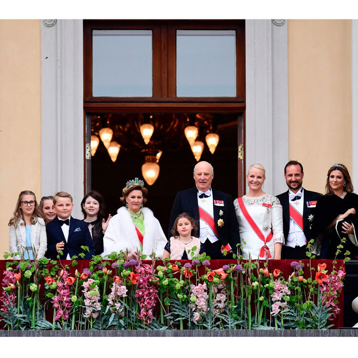 The King and Queen were joined by their family on the balcony ahead of the banquet dinner held at the palace. The Crown Prince Couple sang along with well-wishers and their relatives to the country's birthday song, <i>Hurra for Deg</i>. 