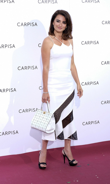 Penelope Cruz coordinated her black and white dress with her Carpisa bag at the company's presentation at the Italian Embassy in Madrid.