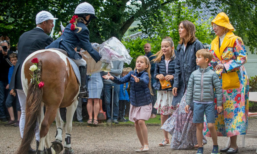 Princess Isabella accepted gifts handed to her during the Ringsted Horse Ceremony at Grasten Slot.