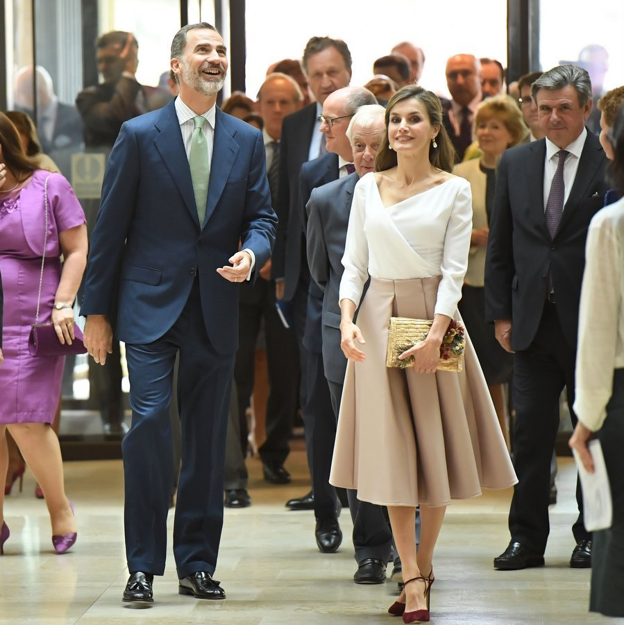On the final day of her state visit to the UK in July 2017, Queen Letizia looked a picture of elegance, all while making a very down-to-earth fashion statement by choosing to wear a skirt by <b>Topshop</B>. 