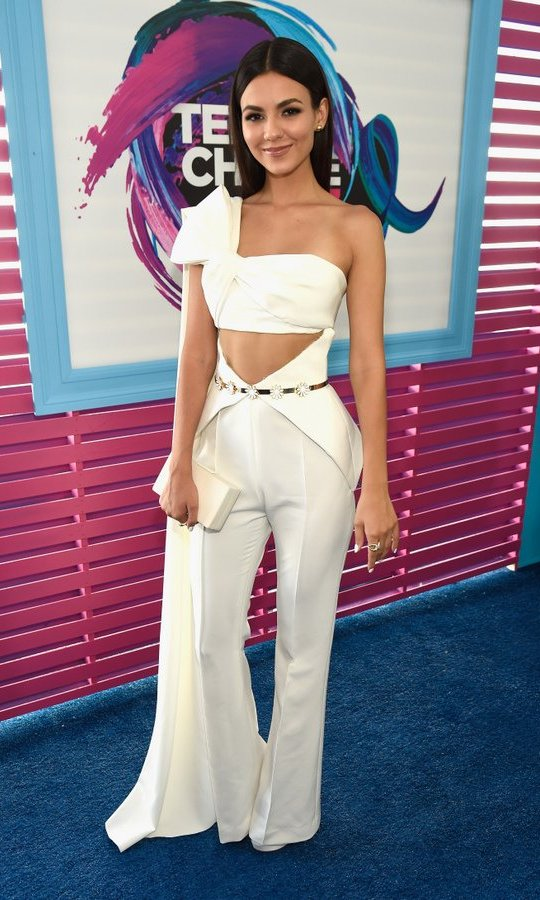 Victoria Justice wore a chic white ensemble by Nicolas Jebran to the 2017 Teen Choice Awards.