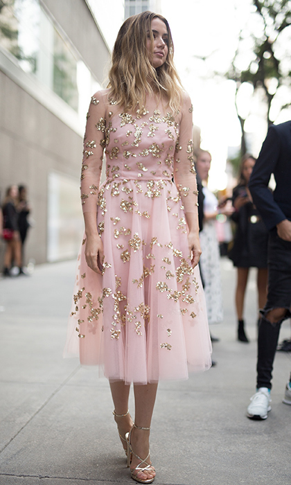Rising star Ana de Armas, who features in the upcoming <I>Blade Runner 2049</I>, was pretty in pink Oscar de la Renta. 