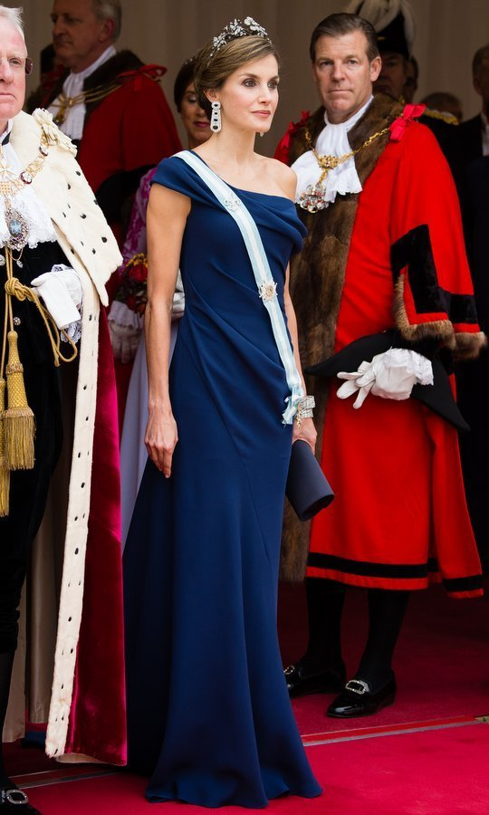 For the Lord Mayor's Banquet at the Guildhall, the second occasion for the royals to give their finest jewels a showing,  Queen Letizia opted for an elegant one-shouldered blue gown and the Spanish Floral tiara.