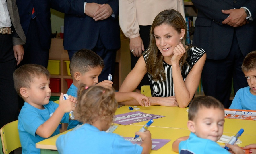 Time to learn! Queen Letizia sat down with a few adorable students during the opening of the 2017-2018 scholarship course at San Matías School Centre.