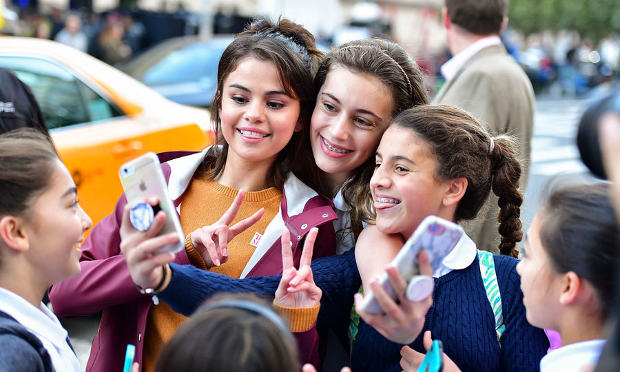 Selfies with Selena! Selena Gomez killed some lucky fans in NYC with kindness as she posed for a round of pictures with them outside of the Metropolitan Museum of Art in NYC on October 4.