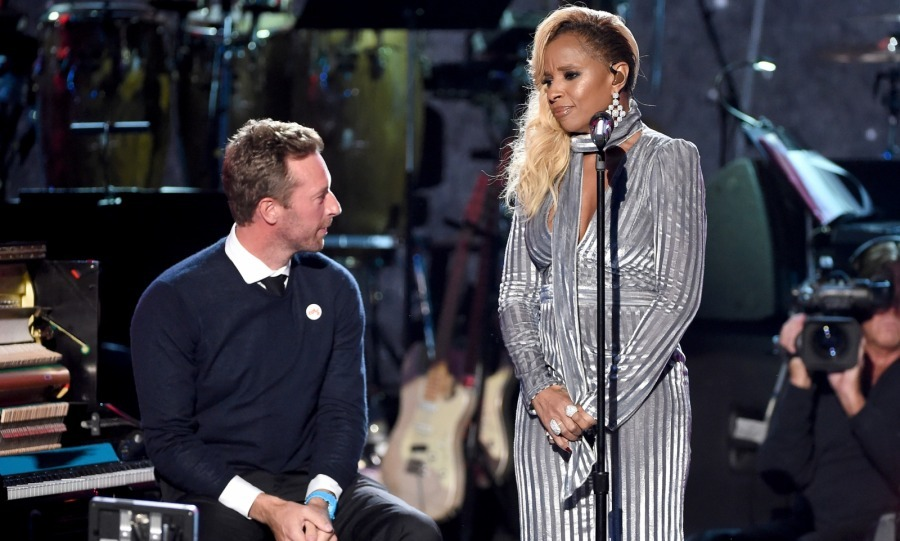 Chris Martin and Mary J. Blige made for a beautiful twosome as they performed an emotional version of 'Many Rivers to Cross' together.