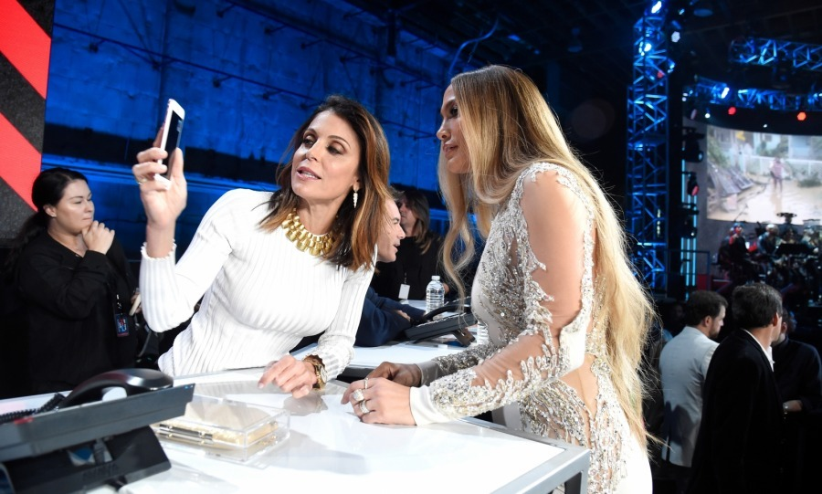 Check this out! Bethenny Frankel, who has been extremely active in assisting disaster relief on her own, took a pause from answering phones to show Jennifer something on her cell.
