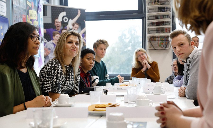 Queen Maxima visited the Hofstad Lyceum in The Hague on November 8. Her Majesty listened intently while discussing the equality of lesbians, gays, bisexuals, transgenders at Dutch schools.
