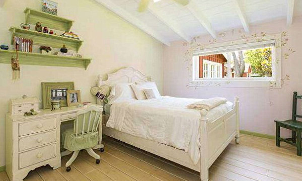 A guest bedroom with cottage-worthy décor gives off a traditional Nantucket-style vibe. (Image: MLS)