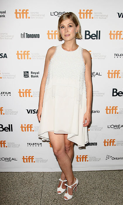 Wearing a chic white shift dress with some feminine heels with bow details at the Hector and the Search for Happiness premiere in Toronto.
