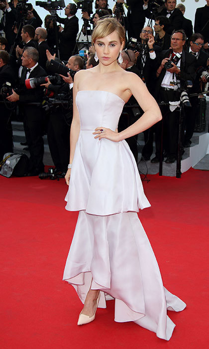 Suki embodies glamour in a flowing, tiered gown on the red carpet.